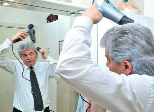 Razzi si asciuga i capelli